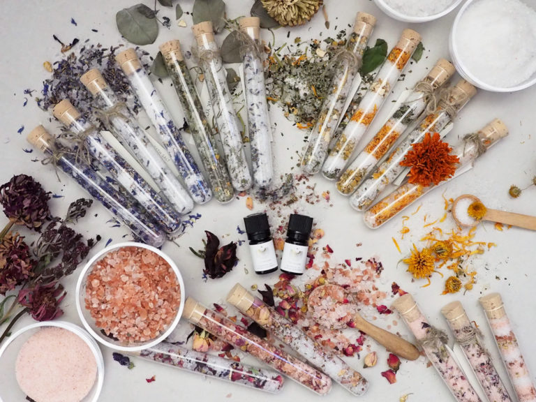 お肌の保湿、体の冷えや疲れをサポートする天然塩をベースに、色彩のデザインも楽しみながらブレンディングをします。