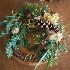 viridi×アトリエカバンヌのコラボレーションワークショップ。 アトリエカバンヌのオリジナルドライフラワーをつかいお好きな香りを重ねてクリスマスアロマリースをつくります。