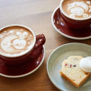 左から「カフェラテ」(550円)、「クランベリーとココナッツのパウンドケーキ」(300円)