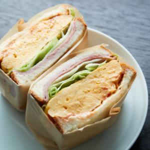 名物の「ふわふわ玉子とハムの極厚サンド」(780円)はテイクアウトも可能。