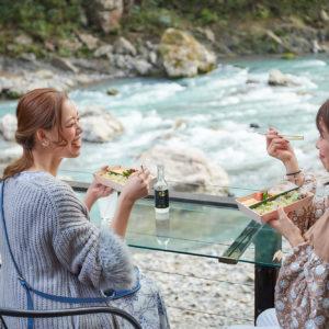 テラス席では、食事を楽しみながら、ダイナミックな川を上から眺めることができる。