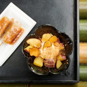 左から「黒茶屋特製 田楽味噌」(2本 400円)、「焼き蜜芋バニラアイスのせ(きなこ・シナモン)」(1,000円) ※秋〜春先の限定販売