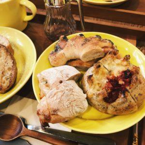 上から時計まわりに「クーロンヌ」、「プティ オリーブとチーズのパン」、「バジルとトマトのパン」。