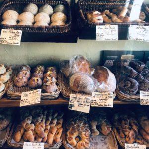 ビニール越しでも伝わってくるパンの魅力。