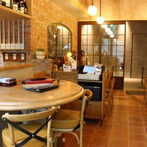キッチンが見えるカウンター席に、落ち着いて過ごせるテーブル席。