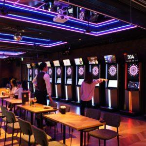 ダーツ、卓球台などが揃う2階アミューズメントエリア。