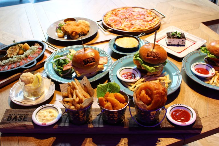 「BASE牛タンバーガー」や「US産サーロインステーキ」など、お酒が進むフードメニュー多数。