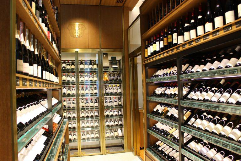 およそ650本を有する、圧巻のワインセラー。