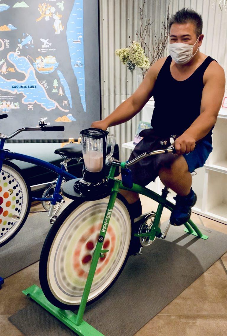 自転車でスムージーを作る「勝手にメロン大使」の井坂紀元さん。おいしいスムージーができそうです!