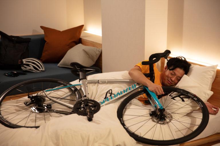 汚れがついても落ちやすい自転車用シーツでスヤスヤ。この方、とっても幸せそう……!自転車と同じベッドで休む姿をSNSにアップするのが密かな人気だとか。