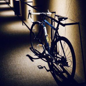 部屋の外には、自転車スタンド。廊下が広いので、自転車同士のすれ違いもスムーズ。