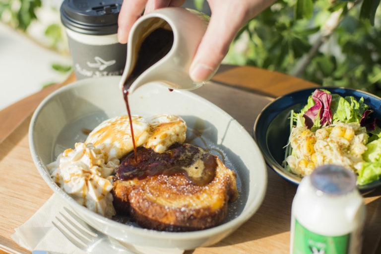 〈SLOW JET COFFEE COOKIE〉の「こだわり朝食セット」1,100円。こちらの「ブリオッシュトースト キャラメルマキアート」のみ前日までにチケット購入が必要。