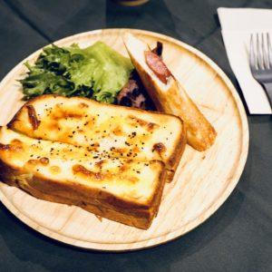 茨城県内で人気のパン工房〈クーロンヌ〉の朝食「クローンヌセット」。クロックムッシュ、厚切りトーストいずれかをチョイス。847円。