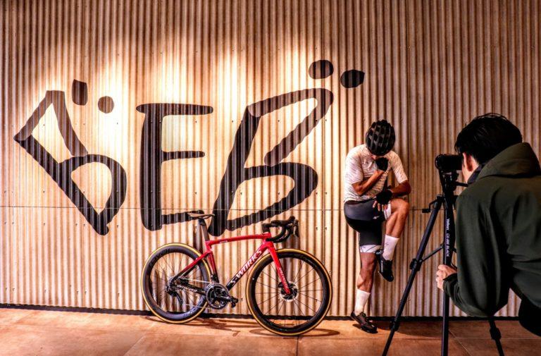 自転車で鍛えた自慢のふくらはぎを撮影!