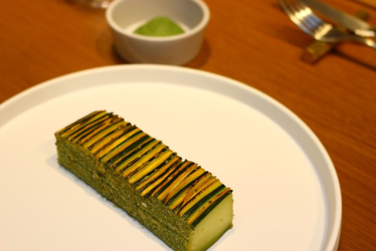 2色のズッキーニを重ねて焼いた「ティアン・ド・グルジェット」1,650円。ミントとバジルのグリーンソースで。