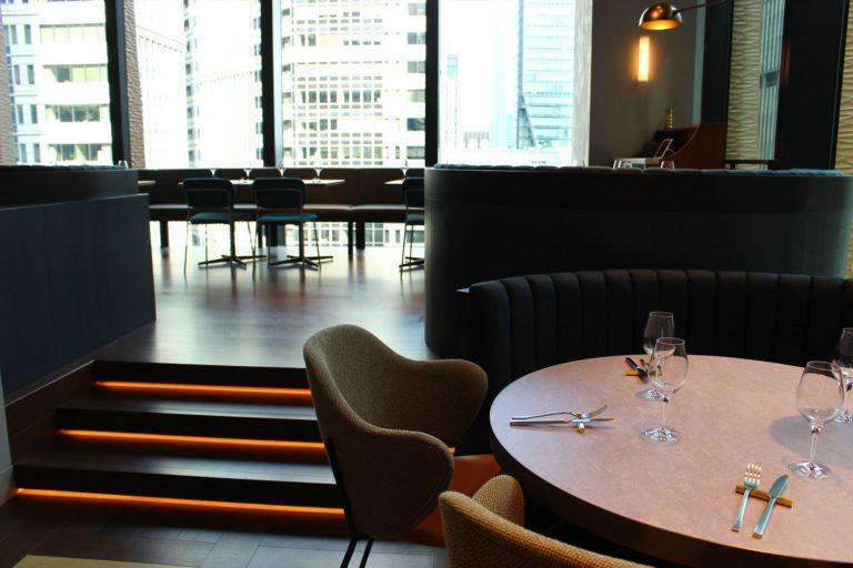 テーブル席のほか、ソファ席、間仕切りの個室もあり。