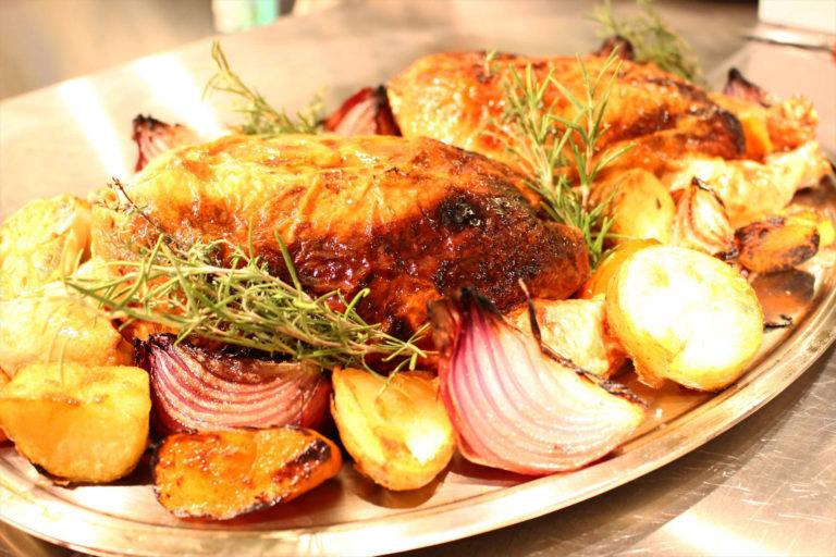 豪快な「鶏のオーブン焼き」。