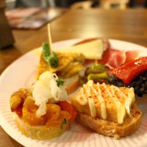 生ハムやチーズ、オリーブのほか、トルティージャやピンチョスなど。