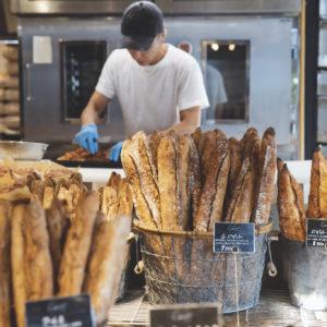 劇場のようなオープンキッチン。大澤秀一さんの動きも間近で見られる。朝から夕方までノンストップでうつくしいフォルムのパンがたくさん並ぶ。