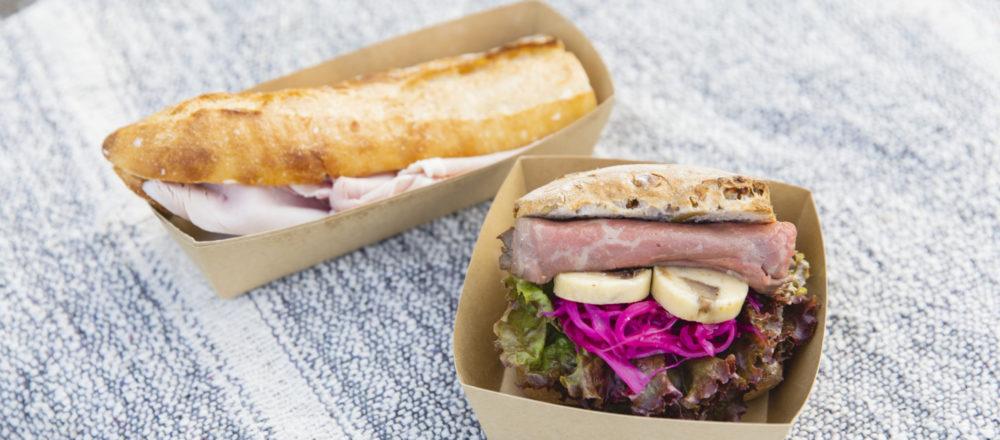 ジャンボンブール1,000円、ローストビーフとへしこサンド900円。サンドイッチはフレンチ出身のシェフが担当。メツゲライクスダのハムなど、最高の材料をはさむ。