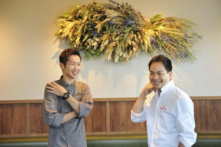 石井真介さん(右)と新たに〈Sincere BLUE〉の料理長を任された吉原誠人さん。