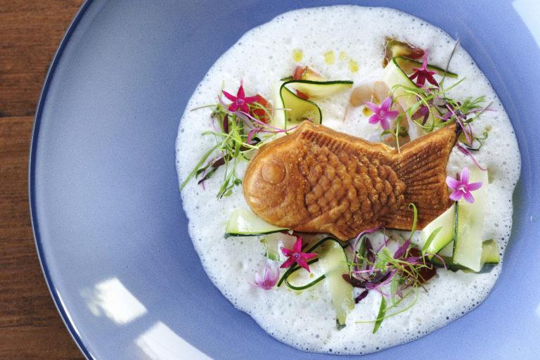 """〈Sincere BLUE〉石井シェフのスペシャリテ""""スズキの鯛焼き""""はフランスの古典料理、ルーアンクルートがベースに。FIP(漁業改善プロジェクト)への思いが込められている。/お茶目な鯛焼きにシェフの思いと創意が満載!"""