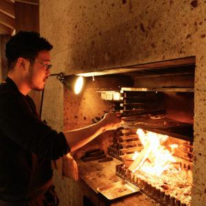 薪焼き料理は石松シェフが担当。