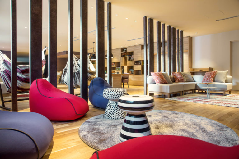 ゆったりと寛げるソファ席やハンモックも設置されたリゾートセンター。