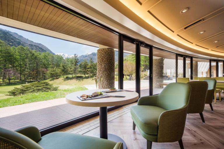 ゴルフ場に隣接した開放的な空間で、北アルプスの山々を眺望できる。