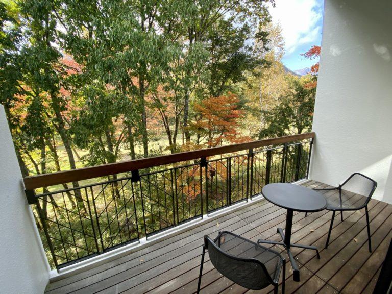 秋はプライベートバルコニーから森の紅葉を堪能できる。