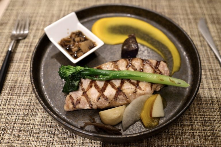 メインの「長野県産吟醸豚のグリル」。