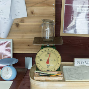 不用品は、持ち込むときと持ち帰るときに重さを量る。フロントではその量を掲示。「年間どれくらいの重さのものが循環しているのかを知ってほしい」。