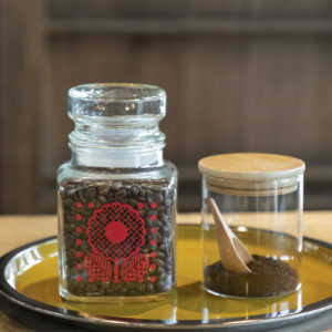 エシカルにステイを楽しむあれこれ。/部屋で飲むコーヒー、お茶、石鹸などはチェックイン時に必要な分だけ分けるシステム。