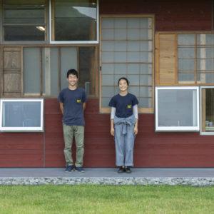 ホテルで働く大塚桃奈さん(右)と田村浩樹さん(左)。田村さんは上勝町出身。農業をしつつ〈WHY〉で働く。