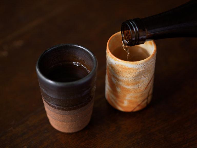 たっぷりと入った日本酒を湯呑みで飲む、秋の夜。