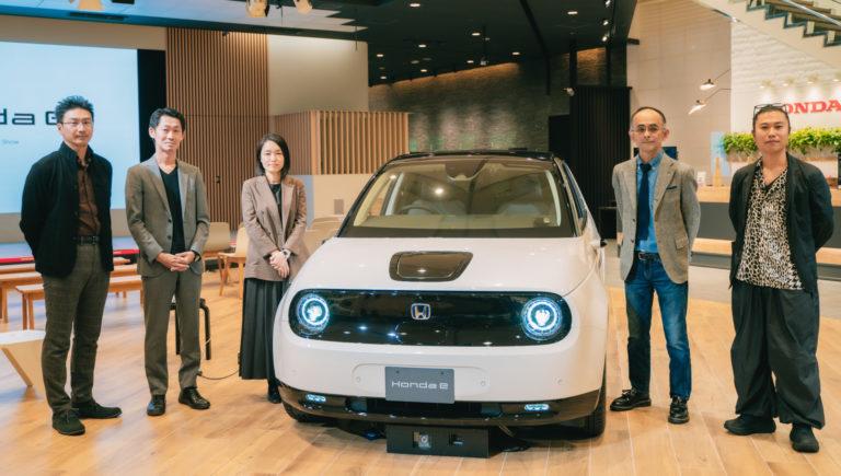 「Honda e」開発に携わったデザインセンターの皆さんと、展示を担当したインテリアスタイリスト川合将人さん(右)。