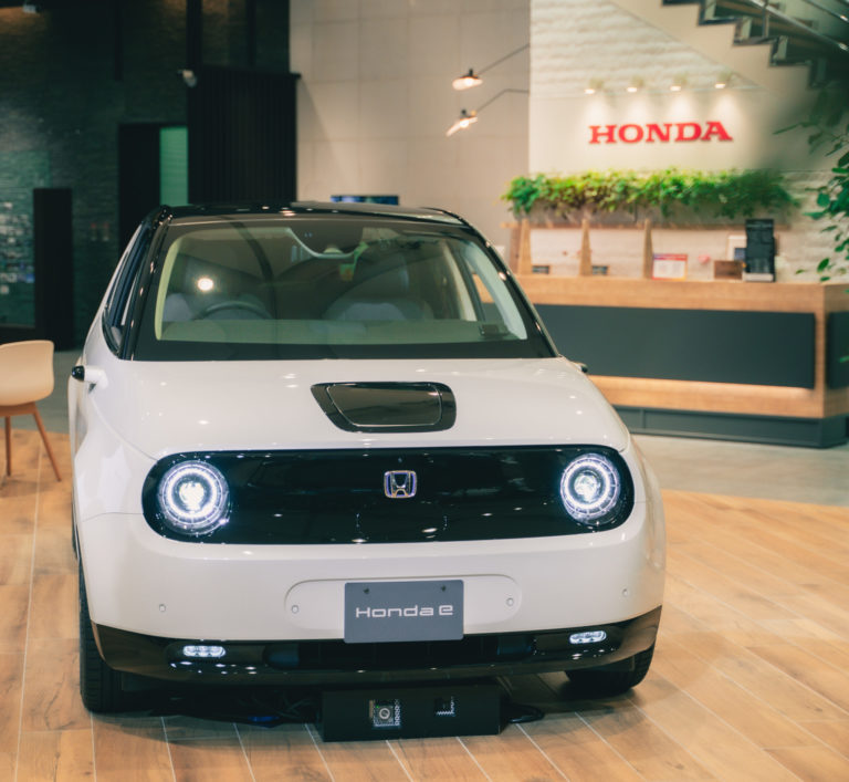 「Honda e」色はプラチナホワイト。