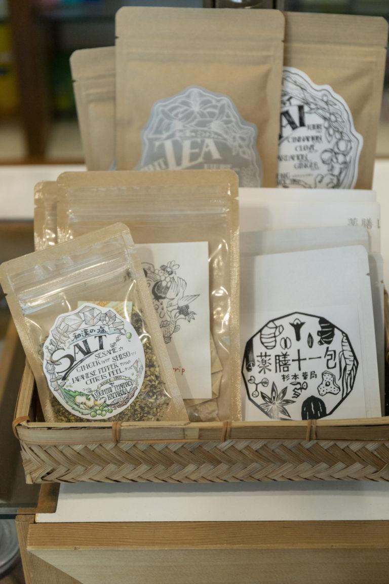 野村友里さんが主宰する〈eatrip〉と共同開発したお茶や、お洒落なオリジナル商品も。