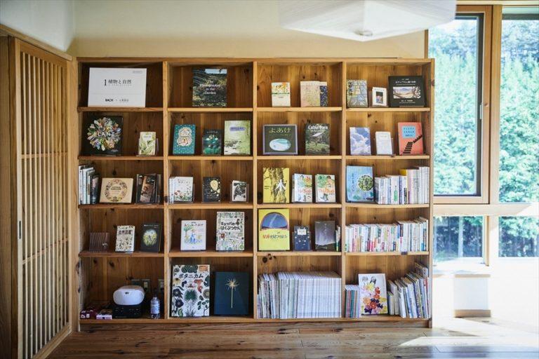 「らうんじ」本棚。