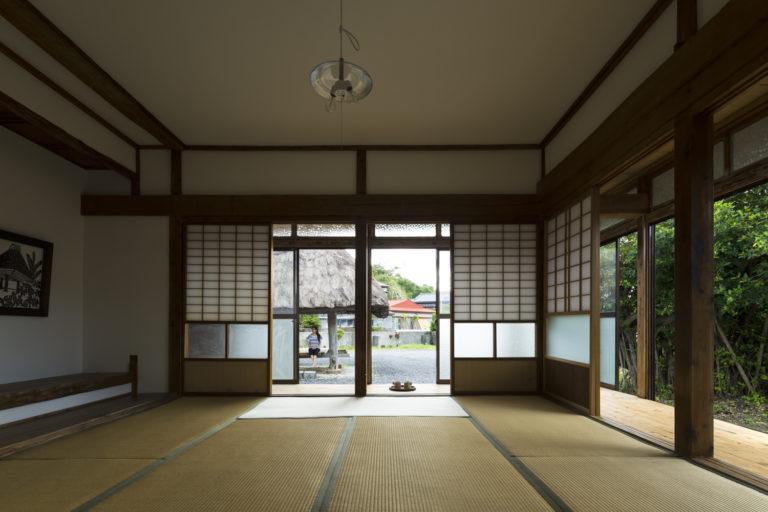 写真は伝統的な古民家を改修した「伝泊 高倉のある宿」。