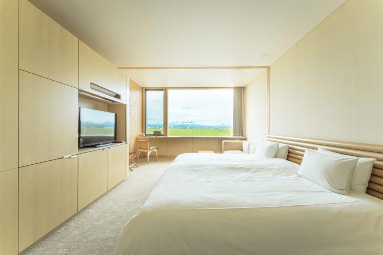客室は木と白を基調に。