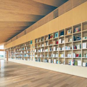 1,000冊の本がそろうライブラリ。