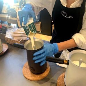 蓋を取り、牛乳または豆乳などの植物性ミルクを注ぎ入れます。