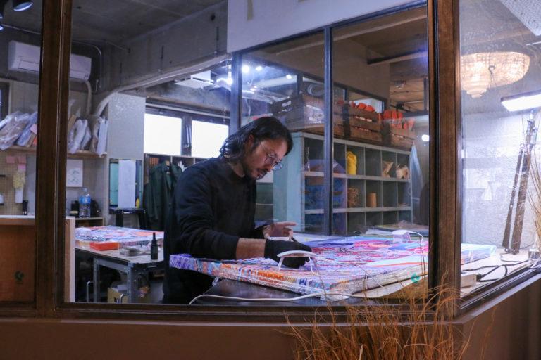 デジタルツールを使用した装飾絵画を描く京森康平さん。