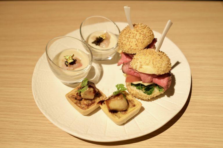 下段のセイボリーは「甘エビのタルタルとキャビア 菊芋のソース」「フォワグラソテーとポルチーニ茸のタルトレット」「アンガス牛のローストビーフ スライダー」。