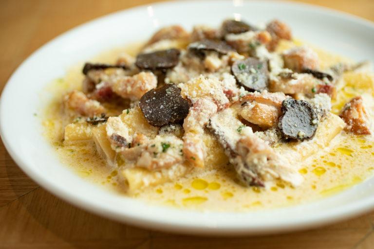 ポルチーニ茸とイベリコ豚ベーコンのパッケリ 黒トリュフのせ パッケリは、南イタリア発祥のパスタ。極太のマカロニのようで、弾力があり、食べ応え十分。ポルチーニ茸とイベリコ豚に加え、クリスマスシーズン限定で黒トリュフを削って提供。香り高く、リッチな味わい!2,035円。12/25までの限定。