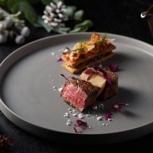 「国産牛 フィレ肉のロースト フォアグラ エシャロットピューレ トリュフソース」。