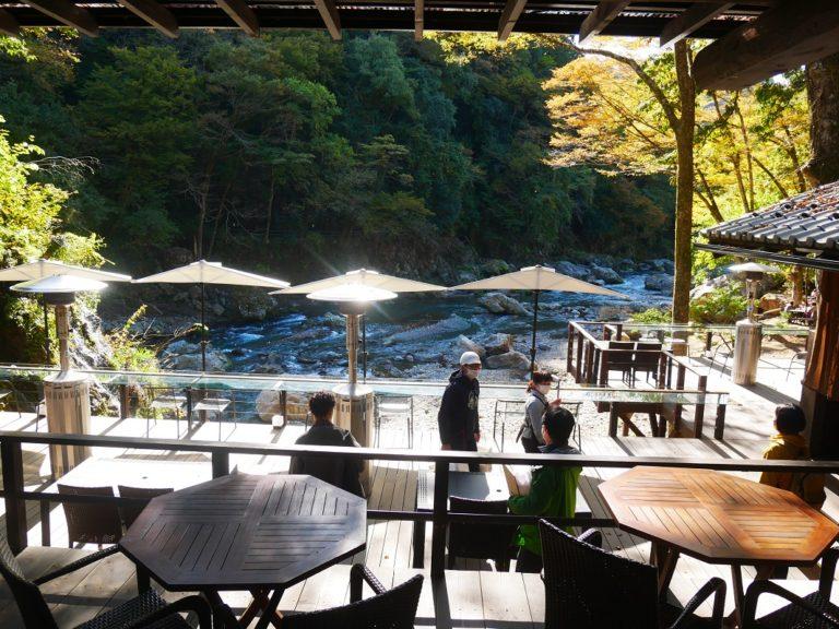 プレスツアーは、〈黒茶屋〉の川辺テラスで休憩。