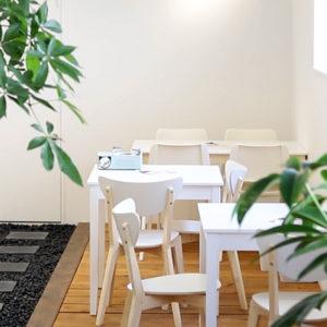 DIYで生まれたという店奥のカフェ空間。