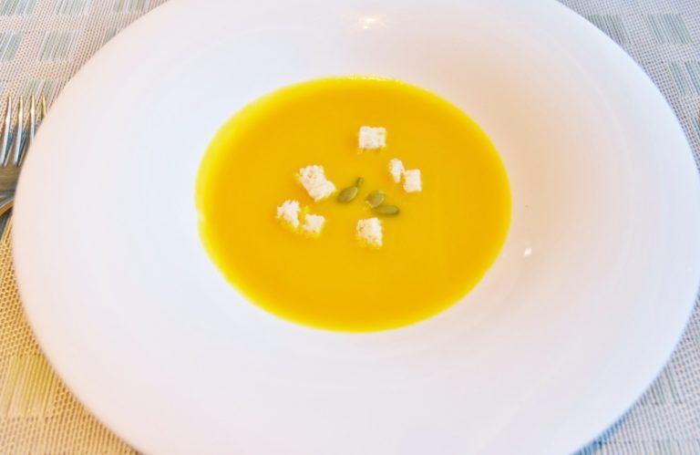 スープメニューから「かぼちゃのポタージュ」。